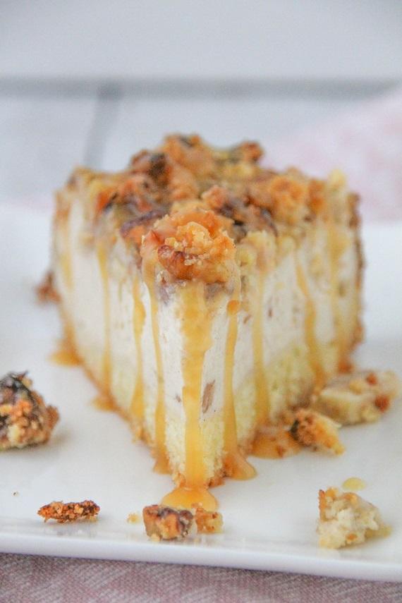 Apfelcheesecake mit Walnussstreuseln und Karamellsauce